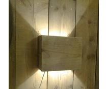 Atmosfär vägglampa liten (tillverkad av gammalt trä docka med vit tvätt) med en liten sockel
