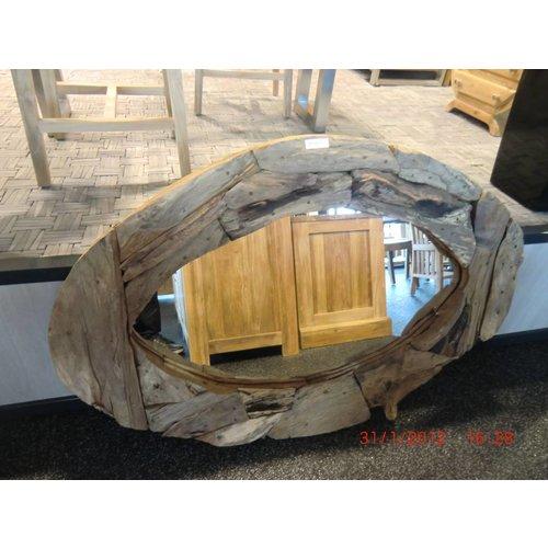 Spiegel met een rand bestaande uit brokken wortelhout.