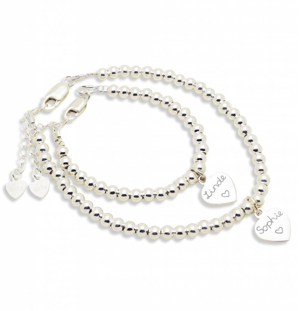 Set van twee 'Cute Balls' armbanden met graveerbedel, parel en bol hartje