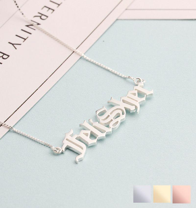 Zilveren naamketting 'stoer lettertype'