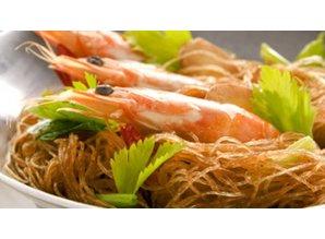 Gedämpfte Garnelen mit Reisnudeln im Tontopf