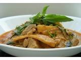 Curry vermelho com brotos de bambu e de frango