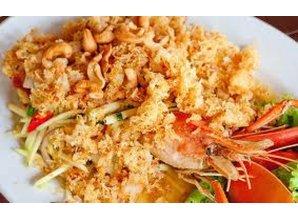 Gefrituurd katvisvlees met groene mango (Yam pla duk foo)