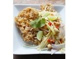 Katvisvlees gebraten mit grüner Mango (Yam Pla Duk foo)