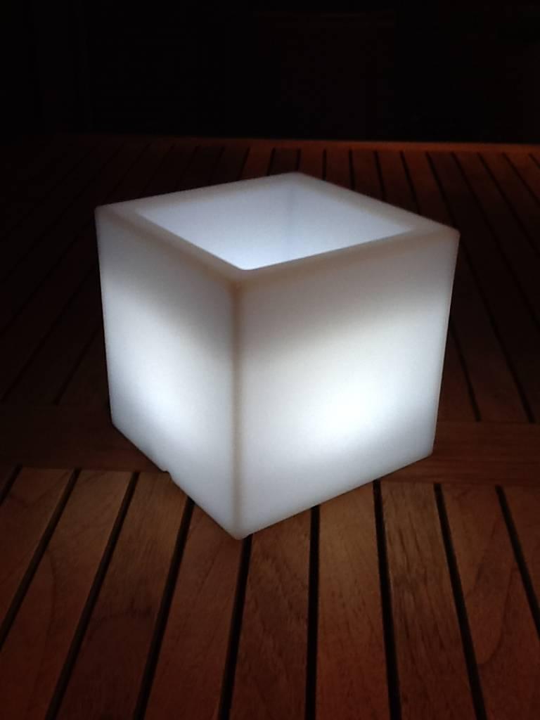 http://static.webshopapp.com/shops/008473/files/002824739/vondom-nano-led-cubo-bloempot-verlichte-design-blo.jpg