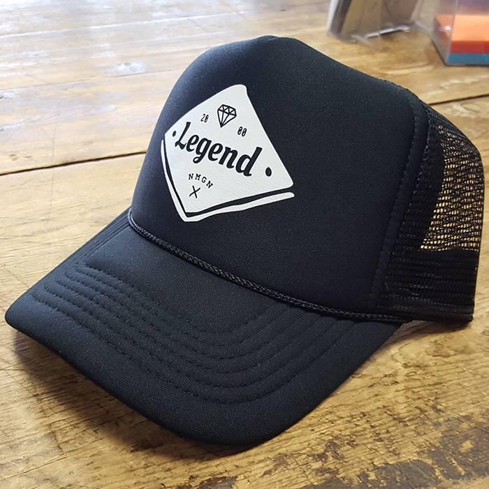 Nieuwste hype: trucker cap. Deze klant heeft gekozen voor een eigen ontwerp op onze trucker cap.