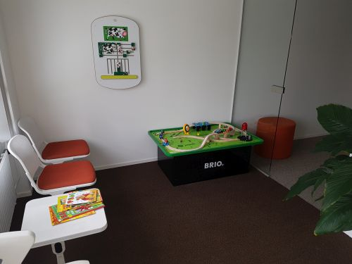 Meubles et jouets pour les enfants dans une salle d'accueil