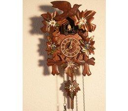 Hettich Uhren Kuckucksuhr mit Quarzwerk  23cm hoch und 18cm breit mit handbemalten mit Blumen Edelweiss-Enzian  12 verschiedene Melodien Kuckuck ruft stündlich Kuckuck z.B. 10 Uhr ruft er 10x Kuckuck der Kuckucksruf wird durch ein Echo und ein Wasserfallgeräusch im Hin