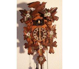 Hettich Uhren Kuckucksuhr mit Quarzwerk  23cm hoch und 18cm breit mit handbemalten Blumen Edelweiss  12 verschiedene Melodien Kuckuck ruft stündlich Kuckuck z.B. 10 Uhr ruft er 10x Kuckuck der Kuckucksruf wird durch ein Echo und ein Wasserfallgeräusch im Hintergrund ef
