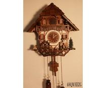 Trenkle Uhren Coucou 30cm de haut 28cm de large toit en bardeaux de bois à la main avec mouvement à quartz et bûcheron mobile et roue du moulin