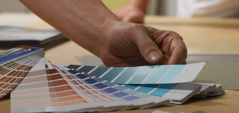 Verf op kleur gemaakt met een kleurmengmachine