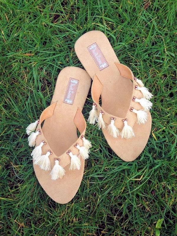 De Feestdagen | Mooie zand kleurige slippers van Hot Lava met kwastjes. De slippers zijn van zacht Mika waardoor ze zalig lopen. Alle maten van 37 tm 41, Maat 40 is uitverkocht !GEEF BIJ DE ORDER EVEN DE MAAT AAN DIE JE WENST !