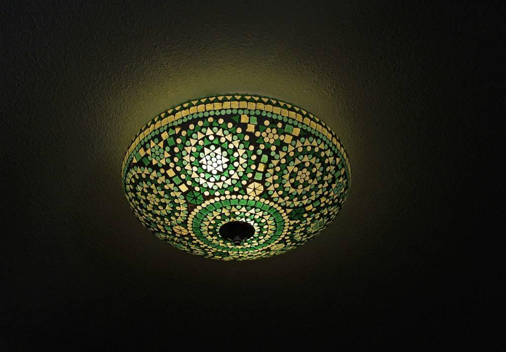 Oosterse plafonnière glasmozaïek groen geeft helder licht -