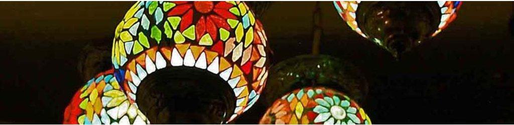Oosterse lampen met kleurrijk mozaiek en filigrain designs