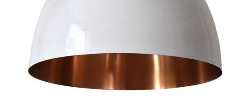 Metalen en koperen verlichting met hout