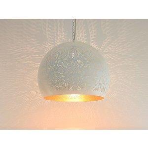 Witte filigrain hanglamp met gouden binnenkant.