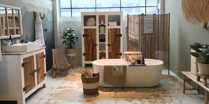 Stijlvolle badkamer met houten Ibiza style lamp