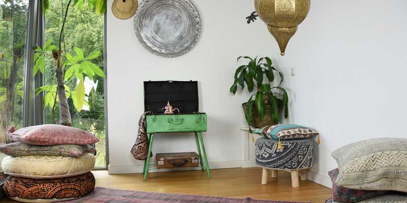 Gouden lamp in huiskamer met groen planten