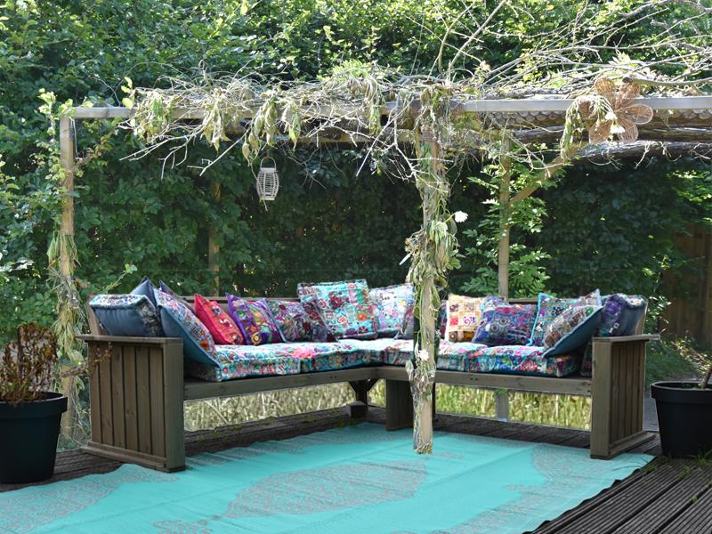 Loungebank in de tuin met martaskussen en sierkussen