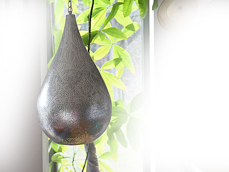 Druppel vorm filigrain hanglamp in hoekje van huiskamer