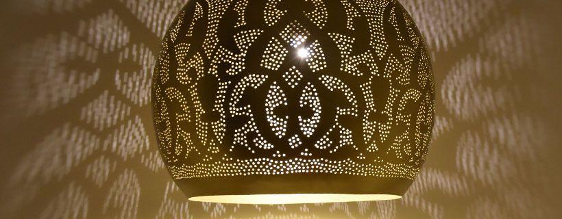 Super grote oosterse filigrain lamp in luxe messing kleur met prachtige lichteffecten.