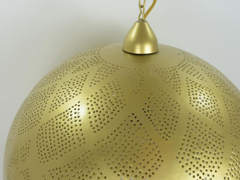 Close-up van grote hanglamp met mooie afwerking