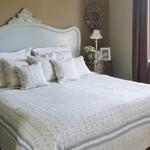 Q135 Romantische quilt en kussens Gebroken wit met grijsbeige motief