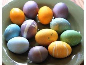 Eieren verven met natuurlijke verf uit fruit en groenten
