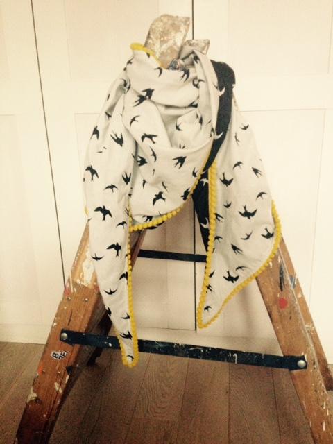 Pom sjaal met zwaluwenprint