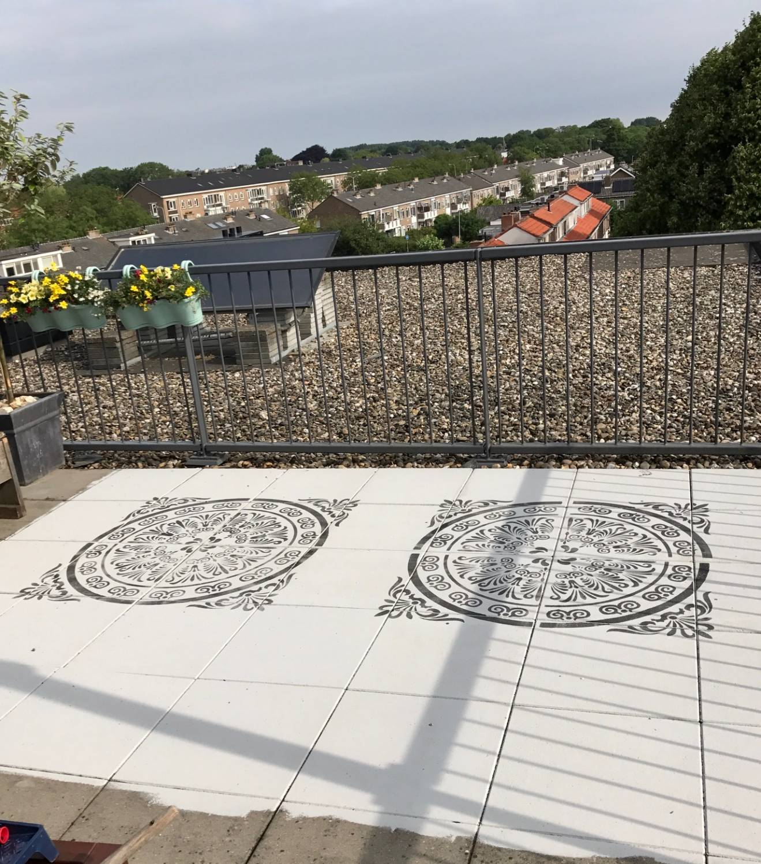 Terras met betontegels verven met Annie Sloan krijtverf