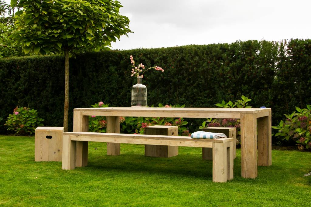 pure wood design gartentisch aus bauholz mit blockbeinen. Black Bedroom Furniture Sets. Home Design Ideas