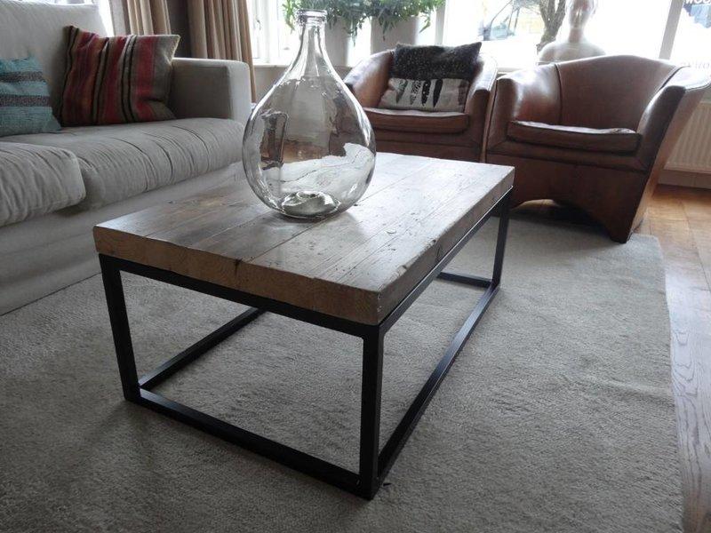 'Hindholm' Industriële salontafel balkenhout met stalen frame