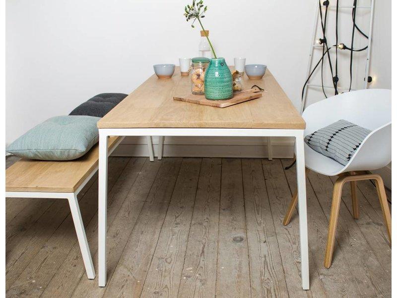 'Norberg' eikenhouten tafel met stalen onderstel en schuine poten