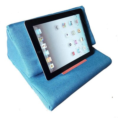 iPadspullekes.nl iPad kussen licht blauw   Bedien je iPad gemakkelijk van je schoot