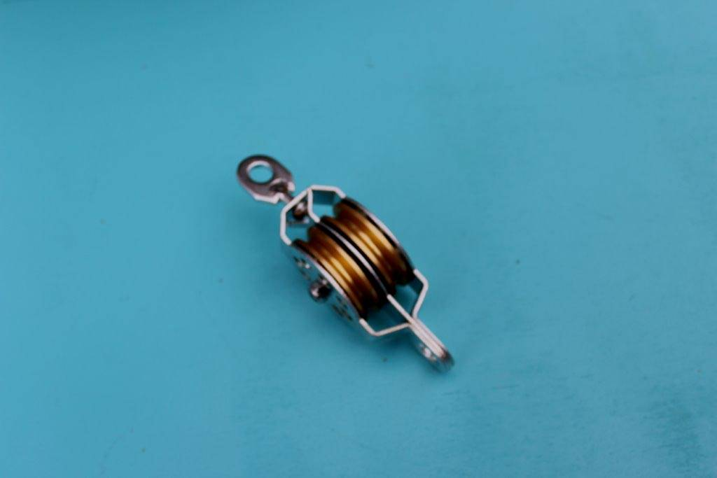 Gegalv. katrol met 2 gelagerde messing schijven voor kabel 3-4mm