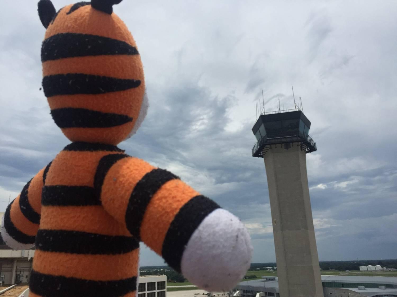 Vergeten knuffel beleeft avonturen op luchthaven
