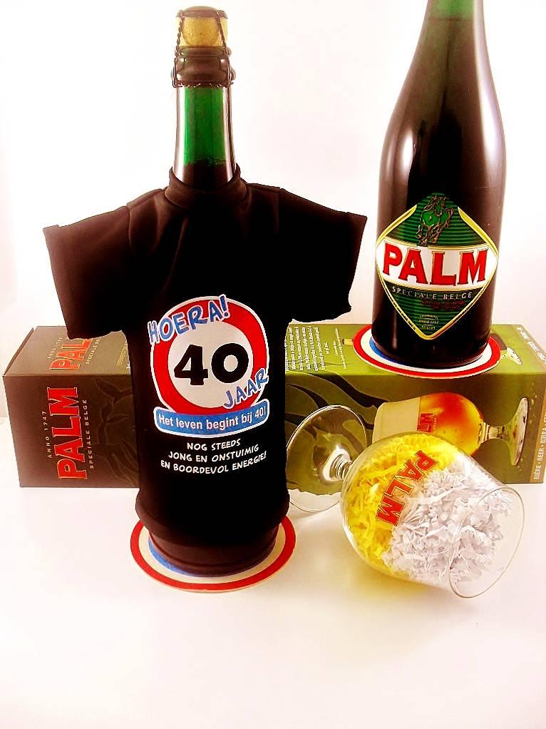 kado 40 jaar verjaardag Bierpakket Bierfles T Shirt | Hoera 40 jaar!   Cadeauwarenshop.nl kado 40 jaar verjaardag