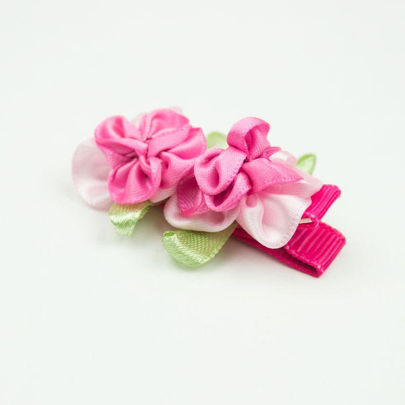 Baby haarspeldje met twee satijnen bloemetjes (roze)