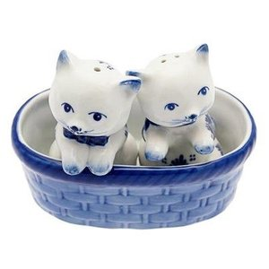 Typisch Hollands Salz und Pfeffer Kätzchen im Korb Blau
