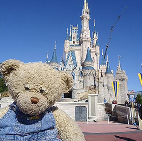 Teddybeer Toby voor het kasteel van Assepoester in Walt Disney World. Foto: Disney