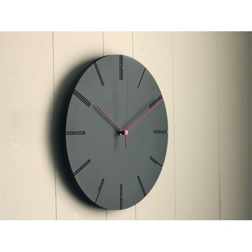 Lemnos moderne klok 39 carved ii 39 is beschikbaar in wit en zwart wilhelmina designs - Moderne klok ...