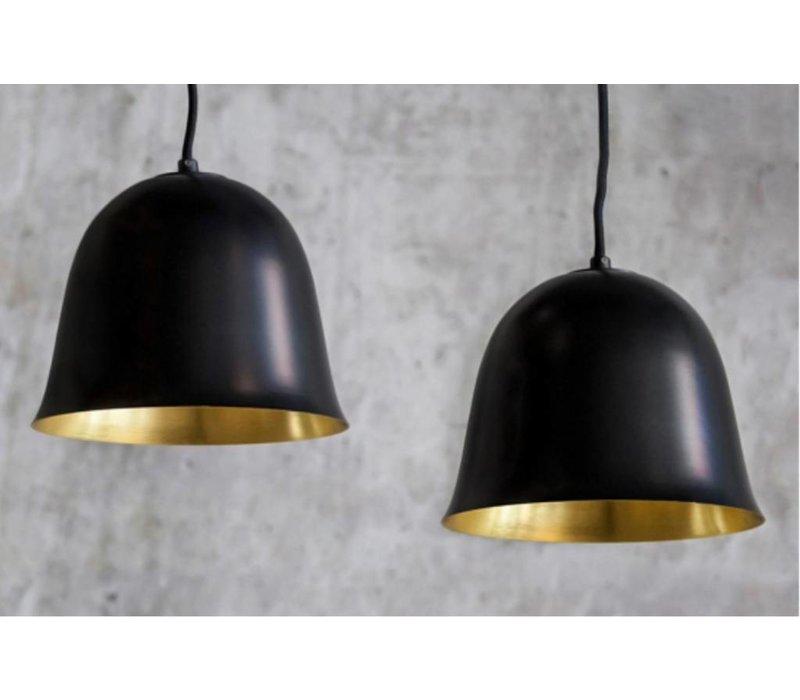 """Design-Hängelampe """"Cloche One"""" in schwarz mit goldfarbener Innenseite."""