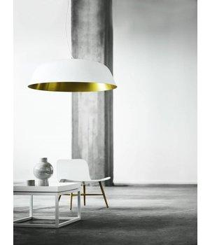 """NORR11 Design-Hängelampe """"Cloche Three"""" in weiß mit goldfarbener Innenseite."""