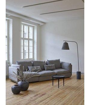 """NORR11 Design-Stehlampe """"Line Two"""" in weiß mit Fuß aus poliertem Marmor."""