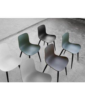 """NORR11 Design-Stuhl """"Langue Original Dark Stained"""" in der Farbe Anthracite Black."""