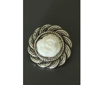 Zilverkleurige button met witte roos