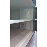 Vrijstaande locker, per vak één 220V en twee USB aansluitingen. Vakken afzonderlijk afsluitbaar met codeslot