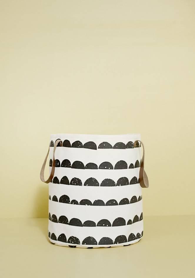ferm living w schekorb halbmond schwarz wei 35x40cm. Black Bedroom Furniture Sets. Home Design Ideas
