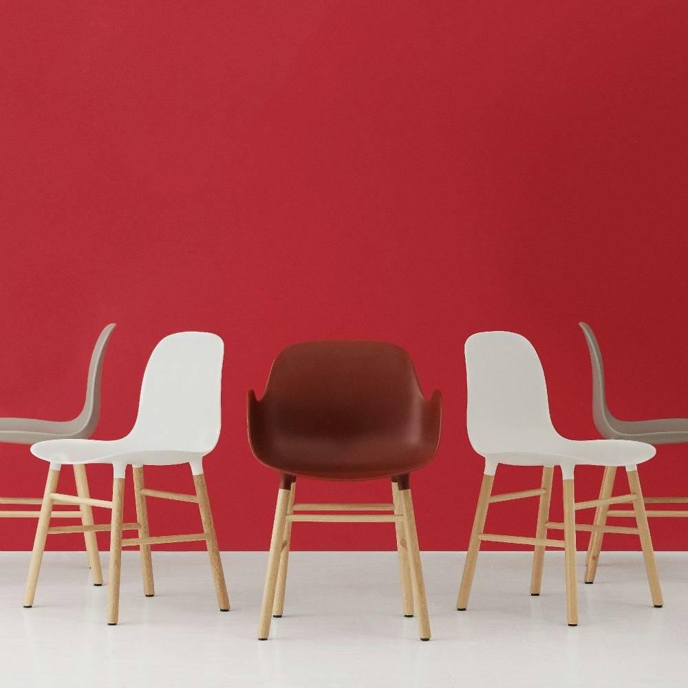 normann copenhagen stuhl mit armlehnen form rot eichenholz und kunststoff 79 8x56x52cm. Black Bedroom Furniture Sets. Home Design Ideas