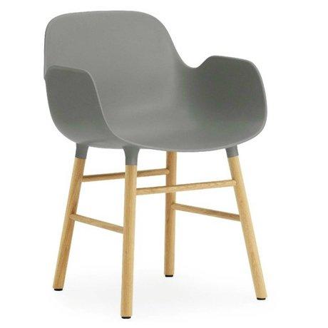 Normann Copenhagen Stuhl mit Armlehnen Form in grau aus Eichenholz und Kunststoff 79,8x56x52cm
